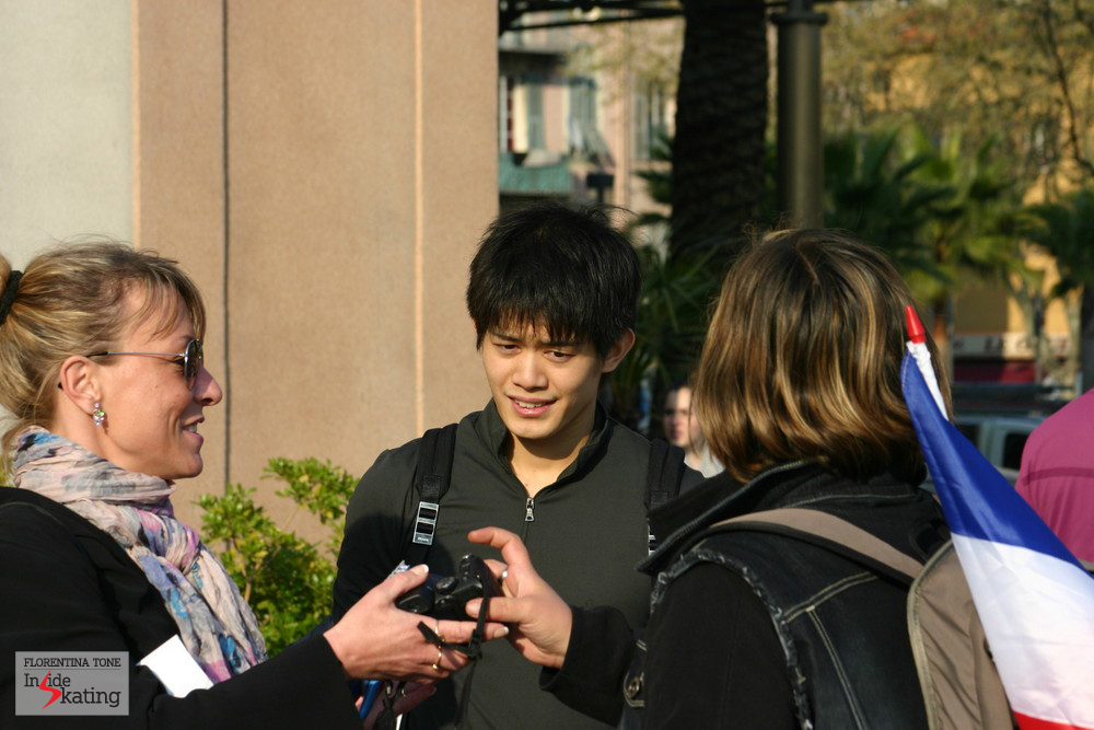 Takahiko Kozuka, surrounded by fans (Nice, 2012)