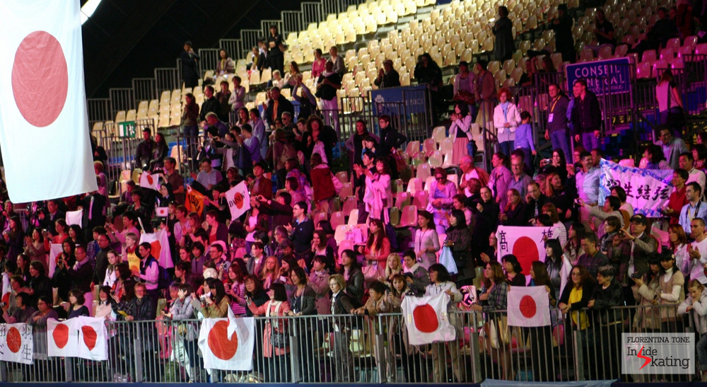 Daisuke's fans in Nice, at the 2012 Worlds (the Japanese won the silver medal)
