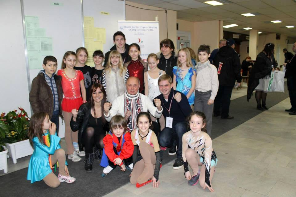 Alexei Mishin surrounded by o group of Bulgarian young skaters (Photo: Andriana Andreeva)