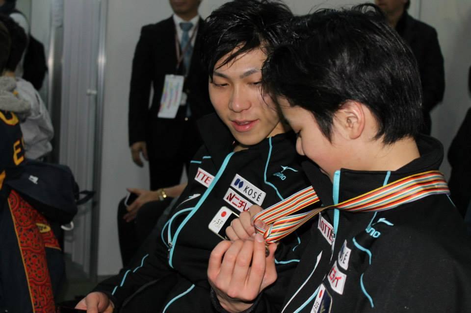 Keiji Tanaka admiring Shoma Uno's small medal (Photo: Andriana Andreeva)