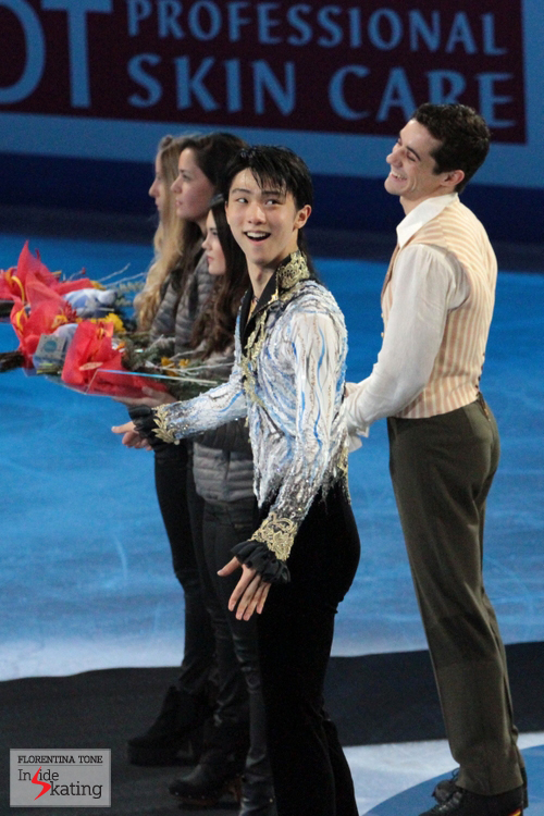Yuzuru, asking the public to join him in applauding Javier