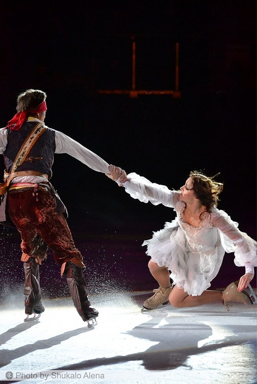 The princess (Margarita Drobiazko) is, indeed, the pirates' hostage (here, with Daniil Gleikhengauz)