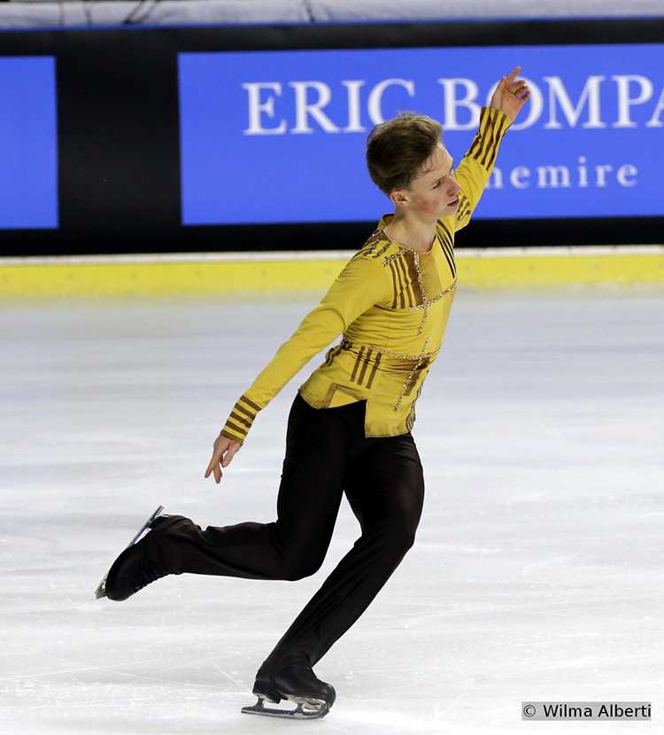 "Skating to ""La Leyenda del Beso"" (choreo by Stephane Lambiel), the 16-year-old Alexander Petrov had the 6th short program of the evening"