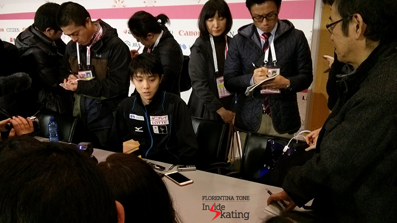 At the end of the press conference after SP, surrounded by Japanese journalists