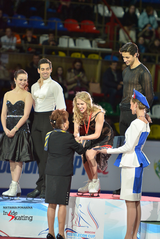 Kaitlyn Weaver Andrew Poje medals ceremony 2015 Rostelecom Cup (4)