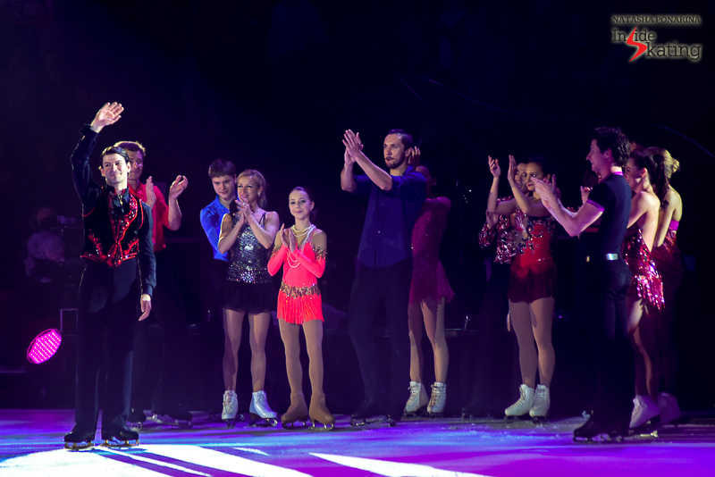34 The cast of Ice Legends applauding Stephane Lambiel