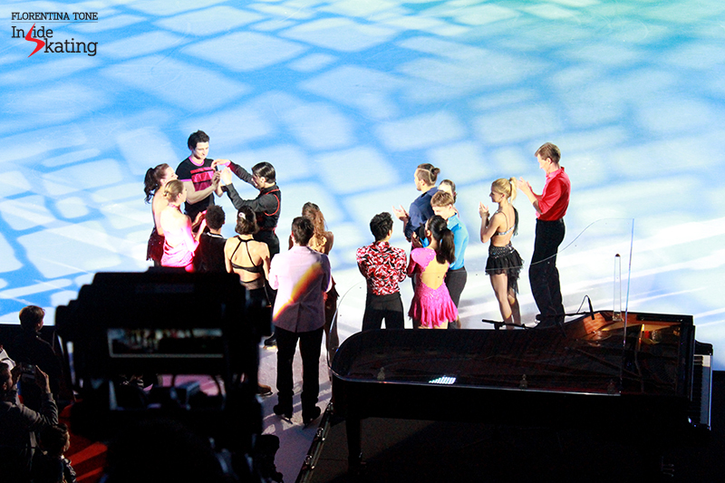 24 Stephane hugging the skaters 2016 Ice Legends
