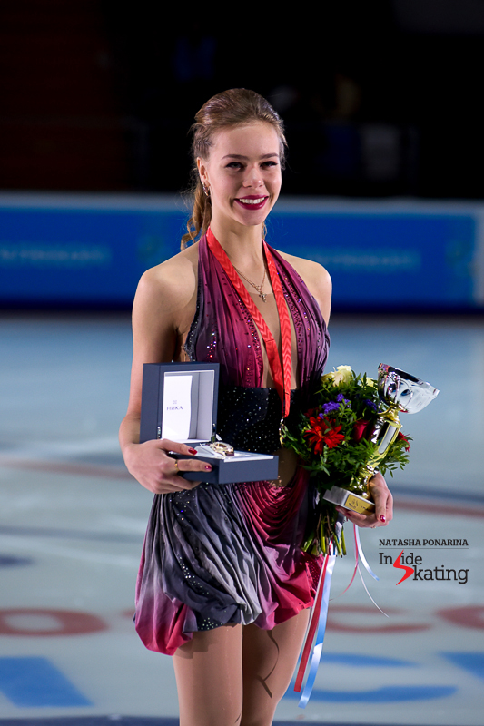 Anna Pogorilaya surely bears a resemblance to the 1999 World champion and three-time European champion Maria Butysrkaya, and not only when it comes to her physical appearance. The two share the same elegance and feel for the music. Here you have Anna, proudly wearing her gold medal at 2016 Rostelecom Cup in Moscow, her hometown.
