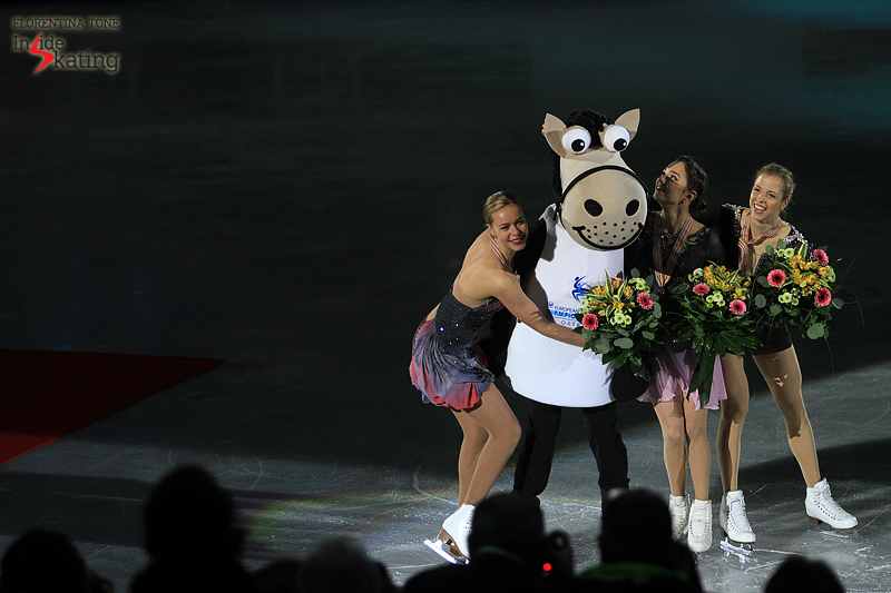 Axel, the mascot of the Championships, wants to be in the picture too, to the amusement of the ladies