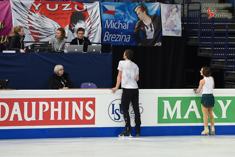 Meagan and Eric at the boards give us the chance to see some of the fans' banners in the arena (supporting Yuzuru Hanyu, Michal Brezina, Mai Mihara).