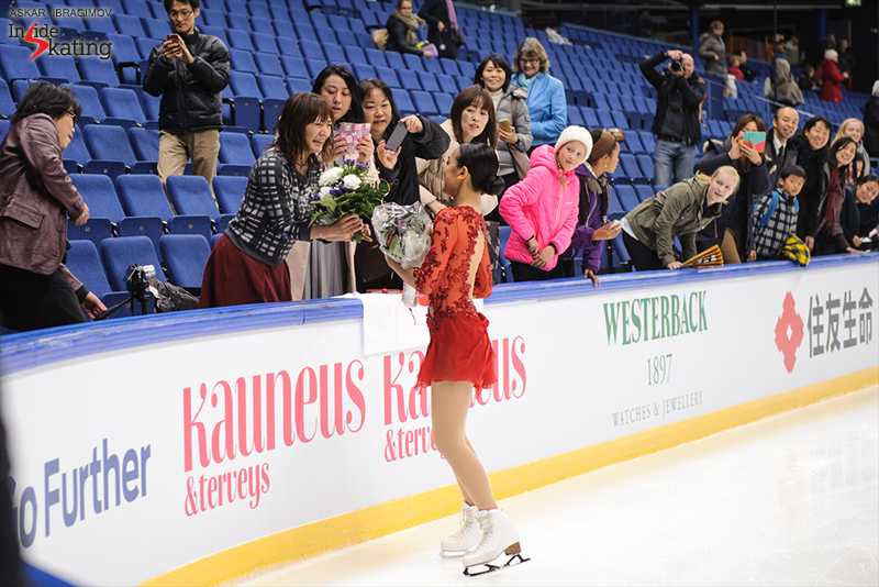Mao Asada offers her bouquet to a fan 2016 Finlandia Trophy