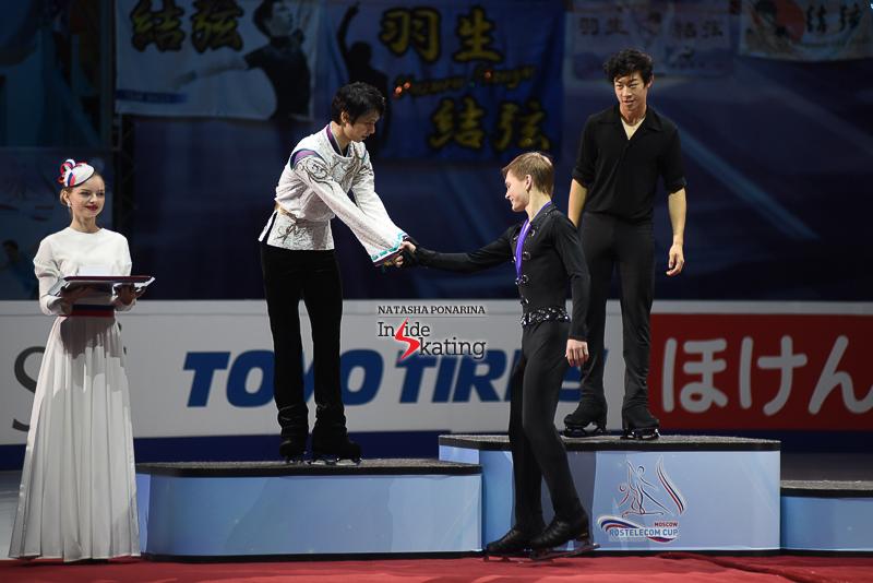 Юдзуру Ханю / Yuzuru HANYU JPN (пресса) - Страница 5 Yuzuru-Hanyu-medal-ceremony-2017-Rostelecom-Cup-3